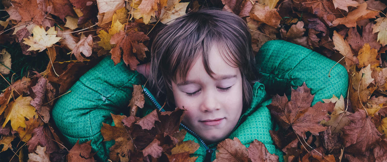 Herbst Kind Entspannung Laub Lebensfreude Agni Verlag Herbst 2020