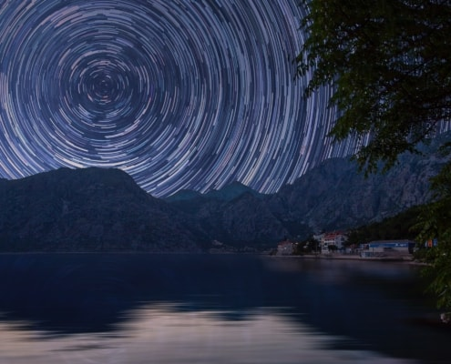 Sternenbahn um Polarstern über Landschaft